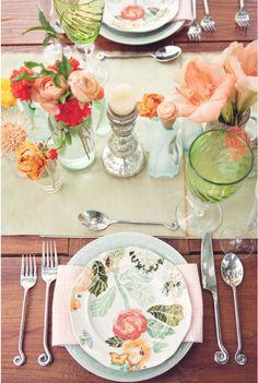 gorgeous table setting   coral & green   seersucker napkin   green glassware