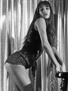 本日の2016年12月14日(水)は、永遠のファッションアイコン、ジェーン・バーキンの70歳のバースデー! '70年代にフレンチセクシーかつイノセントな魅力を開花させたジェーンは、大胆な脱ぎっぷりも持ち味で、数々の映画でセンセーショナルな役柄を次々とこなしたフレンチロリータを代表する名女優。そんな色っぽいシーンでも、ジェーンの手にかかればヘルシーでおしゃれ。そこで、映画のワンシーンからリラックス感あふれるオフショットまで、ファムファタールぶりから目が離せない写真を一挙公開!