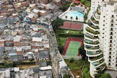 Vista aérea de la favela Paraisópolis junto a apartamentos e...