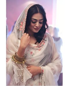 Aise azaad na kar, ki qaid ho jayein. Cute Girl Poses, Girl Photo Poses, Girl Photos, Stylish Girls Photos, Stylish Girl Pic, Beautiful Suit, Beautiful Hijab, Desi Wedding Dresses, Indian Photoshoot
