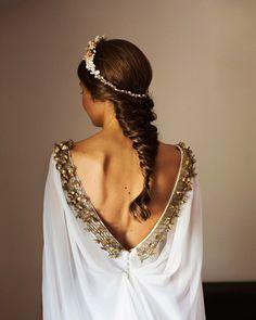Tocado de novia y peinado perfecto para un aire medieval. #innovias Medieval Hairstyles, Wedding Attire, Wedding Dresses, Medieval Wedding, Something Blue, Elie Saab, Hair Pieces, Amanda, Vogue