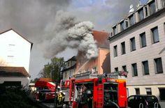#Brand in Ansbach: Frau und Enkel über Sprungtuch gerettet In der Ansbacher Innenstadt ist es am Samstagmorgen zu einem #Brand in einem Mehrfamilienhaus gekommen. Eine 43-Jährige und ihr 3-jähriger Enkel wurden über ein Sprungtuch gerettet, sie musste mit Rauchvergiftungen und Verbrennungen ins Krankenhaus gebracht werden.