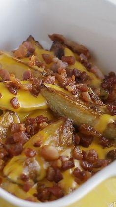 Impossível resistir a essas batatas com cheddar e bacon!