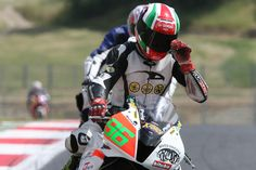 Diego Giugovaz si sistema il casco
