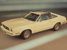 6 - FORD MUSTANG II - Divulgação A segunda fase do Mustang foi outra obra do controverso presidente da Ford na época, Lee Iacocca, criador do modelo original. O modelo começava a enfrentar a concorrência japonesa nos Estados Unidos e ganhou, pela primeira vez, um motor de quatro cilindros, para atender à legislação mais restrita com o consumo dos carros. Além disso, ele usava a plataforma do infame Ford Pinto, um carro de entrada.