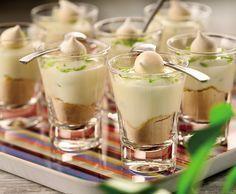 Aprenda a fazer torta de limão no copinho:1 lata de leite condensado - 1 caixinha (200g) de creme de leite - 125ml de suco de limão (aproximadamente 2 a 3 limões) - Raspas de limão - 1/2 pacote de bolacha maisena Para a cobertura - Falso Marshmallow - 250 ml de leite gelado - 250g de açúcar - 1 colher (sopa) rasa de emulsificante* - 2 colheres de chá de baunilha (opcional)