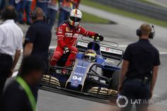 Sebastian Vettel, Ferrari, regresa a pits en el auto de Pascal Wehrlein, Sauber C36