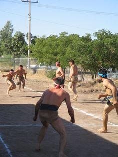 Ulama de Cadera: è uno spettacolare gioco tradizionale del Messico. I 5 giocatori si schierano nelle due metà del campo diviso da una linea centrale. Lo scopo del gioco è fare punto lanciando, con un colpo d'anca ed evitando di utilizzare le braccia, la palla nel campo opposto.