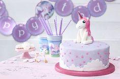 Ein bisschen Regenbogen, ein bisschen Gltzer, Glitzer: hier gibt es das Rezept für den perfekten Einhorn Kuchen. • Foto & Styling: Thordis Rüggeberg, Foodproduktion: Eileen Greuel