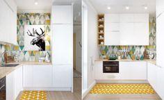 Cocina con azulejos coloridos y cuadro de alce