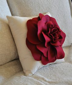 DIY Large Felt Rose with BONUS Pillow PDF Pattern Tutorial Flower Pillow Accent Pillow epattern how to flower pattern Sewing Pillows, Diy Pillows, Decorative Pillows, Throw Pillows, Cushions, Felt Roses, Felt Flowers, Fabric Flowers, Felt Diy