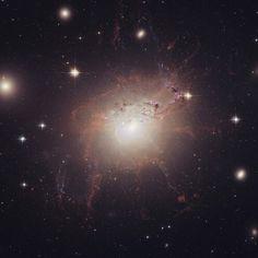 Na semana de comemorações dos 25 anos do Hubble - NGC 1275 - O Monstro Magnético.