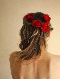 fleurs rouges cheveux