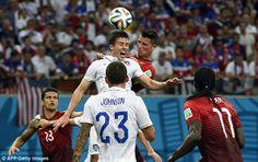 Ronaldo e EUA defensor Matt Besler briga pela bola no ar durante um canto Portugal