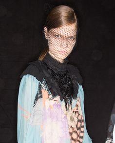 Les différentes façons de porter la ponytail repérées sur les shows : la queue de cheval couture du défilé Dries Van Noten