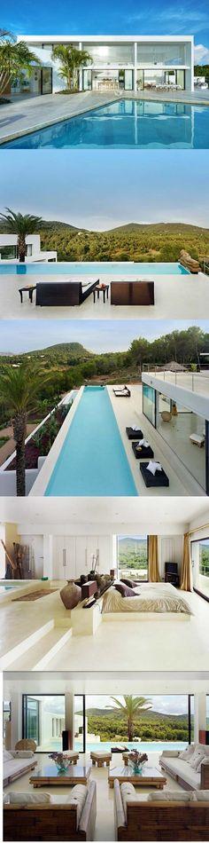 Ibiza's House: lage wand bij bed, maakt ruimte groot!!
