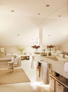 Baño con gran lavamanos doble y bañera todo enb beige Home Interior, Modern Interior, Magical Room, Ideas Hogar, Interiores Design, Ideal Home, Future House, Dining Bench, Sweet Home