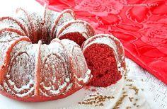 Morbida, soffice e perfetta per le feste natalizie. Ecco la Ciambella di Natale di un colore rosso intenso e soprattutto buonissima.