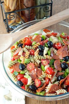 Italian Pasta Salad is a colorful and reliable, go-to pasta salad recipe for spring or summer dinners, parties and picnics.Classic Italian Pasta Salad is a colorful and reliable, go-to pasta salad recipe for spring or summer dinners, parties and picnics. Pasta Salat, Pasta Salad Italian, Simple Pasta Salad, Pasta Salad Classic, Italian Antipasto, Healthy Pasta Salad, Cooking Recipes, Healthy Recipes, Dishes Recipes