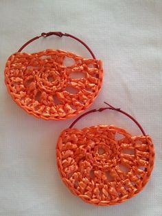 orecchini a crochet con rafia