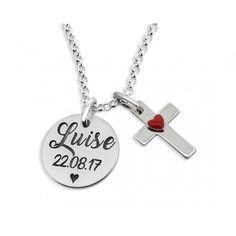 Eine wunderschöne Kette aus 925 Sterling Silber mit einem Anhänger. Auf dem Gravurplättchen wird Ihr Wunschname bzw. Wunschtext graviert. Daneben designen wir ein Kreuz mit rotem Herz aus  925 Sterling Silber.