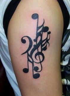 Tatouage musique à l'encre noir sur l'épaule https://tattoo.egrafla.fr/2016/02/08/modele-tatouage-note-musique/