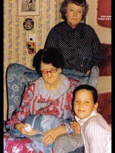 This is Elvis' paternal grandmother Minnie Mae Presley, (seated ) Lisa Marie kneeling beside her, and his Aunt Delta, ( standing ) one of Minnie Mae's daughters. Both women lived at Graceland until their deaths. Priscilla Presley, Elvis Presley House, Graceland Elvis, Elvis Presley Family, Elvis And Priscilla, Elvis Presley Photos, Lisa Marie Presley, Elvis Presley Memories, Dreams