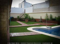 Instalación césped artificial gama alta y tarima madera en Villa Nueva del Ariscal.