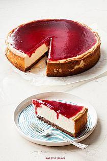 coconut cheesecake with raspberry sauce (Cheesecake Cupcake Recipes) Sweet Desserts, No Bake Desserts, Just Desserts, Sweet Recipes, Delicious Desserts, Dessert Recipes, Yummy Food, Cupcake Recipes, Coconut Cheesecake