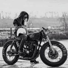 Biker girl ❤️ Women Riding Motorcycles ❤️ Girls on Bikes ❤️ Biker Babes ❤️ Lady Riders ❤️ Girls who ride rock ❤️ Mehr Blitz Motorcycles, Women Riding Motorcycles, Custom Motorcycles, Motorcycle Tips, Custom Baggers, Girl Motorcycle, Vintage Motorcycles, Style Cafe Racer, Cafe Racer Girl