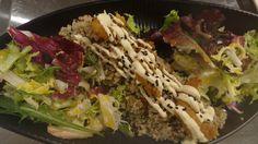 Ensalada de quinoa con langostinos crujientes. Un plato delicioso y muy sano en Kinua, el restaurante peruano de Platea Madrid.