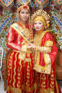 Traditional clothes of Bugis Wajo, South Sulawesi We Are The World, People Of The World, Folk Costume, Costume Dress, Foto Wedding, Dream Wedding, Indonesian Wedding, Tribal People, Wedding Costumes