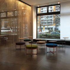 SHIMA - мебельный гибрид со стильным дизайном, который обеспечивает комфорт как для отдыха, так и для работы. База, поддерживающая мягкий пуф, изготовлена из стали и объединена с вращающимся столиком, который идеально подходит размерам ноутбука.