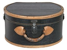 Vintage round leather hat box suitcase from Relique Vintage Hat Boxes, Vintage Suitcases, Vintage Luggage, Vintage Travel, Luggage Accessories, Girls Accessories, Minimalist Packing, Leather Hats, Pack Your Bags