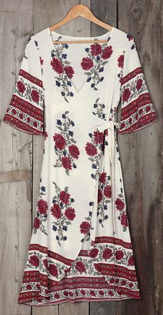 The tide is high, but keep holdin' on in this Roses Plunging Wrap Dress. The floral dress is charming, detailed with plunging neckline, irregular hem. This dress should be a part of your world!