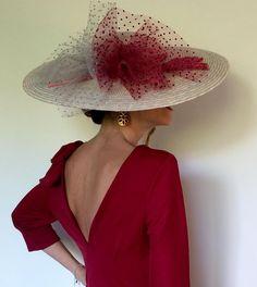 Saber cual es el tipo de complemento ideal para la cabeza, en qué momento usarlo, el tamaño, el color… Dudas existen y existirán a lo largo de la historia. Si bien hay protocolos muy rígidos en el mundo nupcial; con el uso de tocado, es mucho más flexible de lo que la gente cree. (Fotografía ... (Leer más) Fascinator Diy, Headpiece, Fascinators, Flat Hats, Fifties Fashion, Millinery Hats, Church Hats, Fancy Hats, Hair Ornaments