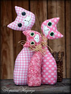 stuffed fabric cats - see other pin for similar pattern with tail Sewing Toys, Sewing Crafts, Sewing Projects, Cat Crafts, Diy And Crafts, Arts And Crafts, Fabric Toys, Fabric Crafts, Cat Quilt