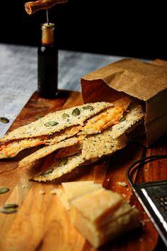 hauchduennes Knaeckebrot #knaeckebrot #snack #kraecker #healthy #brotbacken #knabberei #crispbread #cracker #cheese #parmesan