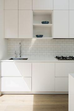 kitchen splashbacks White minimalistic kitchen design with white tile Classic Home Decor, French Home Decor, Cute Home Decor, Vintage Home Decor, Cheap Home Decor, Diy Kitchen Decor, Kitchen Interior, Kitchen Ideas, Minimalist Kitchen