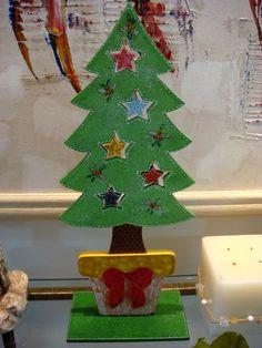árvore de natal em madeira pintada por Eliane Barros
