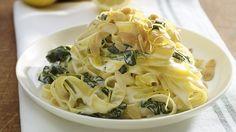 In pastasauzen kan je roomkaas gebruiken in plaats van room. Deze romige spinaziepasta is snel klaar, overheerlijk en budgetvriendelijk.