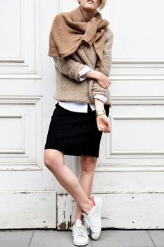 double sweater Double you love for this #fallessential , wear one on ant he other as a scarf. Cant't get enough of #sweaters #wool #knit #camel #neutrals #falltrend #sneakers #whitesneakers gefunden auf Styletorch