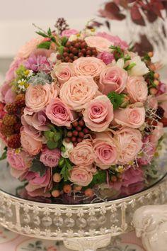 Ružová svadobná kytica z ruží a jemných kvetov