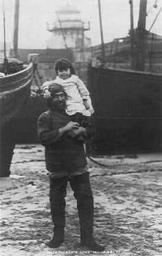 St Ives fisherman Edwin Couch with his niece, Bessie Phillips, in Cornwall, England - Old Pictures, Old Photos, Cultura Judaica, St Ives Cornwall, Cornwall England, Old Fisherman, Sea Captain, Foto Art, British History