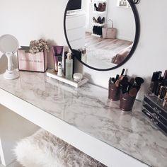 Mit Goldfolie wirkt die Kommode gleich viel individueller With gold foil, the dresser looks much mor Makeup Vanity Hacks, Makeup Ideas, Makeup Storage, Diy Makeup, Vanity Room, Mirror Vanity, Vanity Decor, Cute Room Decor, Tumblr Rooms