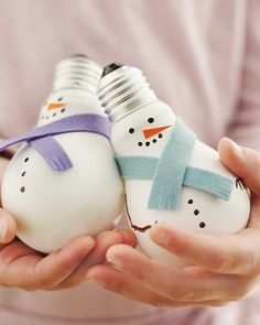 Sweet Paul Holiday Countdown: Day 22 - Light Bulb Snowmen (Not a paper craft, but cute. Snowman Crafts, Diy Christmas Ornaments, Christmas Projects, Holiday Crafts, Christmas Holidays, Christmas Decorations, Christmas Ideas, Christmas Lamp, Snowman Ornaments