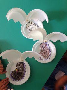 Huevos de dinosaurio con platos desechables