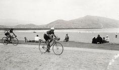Corredores del Circuito de Getxo a su paso por la playa de Ereaga, julio de 1949. © Archivo municipal de Getxo (ref. 05831)