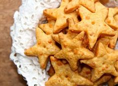 Baked cheese crackers made in food processor Appetizer Recipes, Snack Recipes, Cooking Recipes, Appetizers, Cheddar Crackers Recipe, Pho, Star Snacks, Baked Cheese, Cheddar Cheese