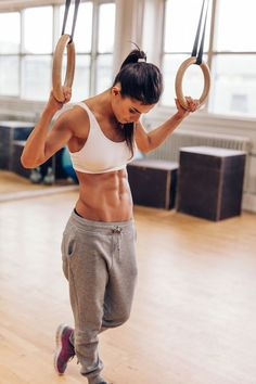 Fit young woman exercising with gymnastic rings. Muscular woman at gym looking down, preparing from training session. Best Beginner Workout, Workout For Beginners, Abs Pictures, Bodybuilding For Beginners, Exercise Images, Best Abdominal Exercises, Abdominal Fat, Build Muscle Fast, Gain Muscle